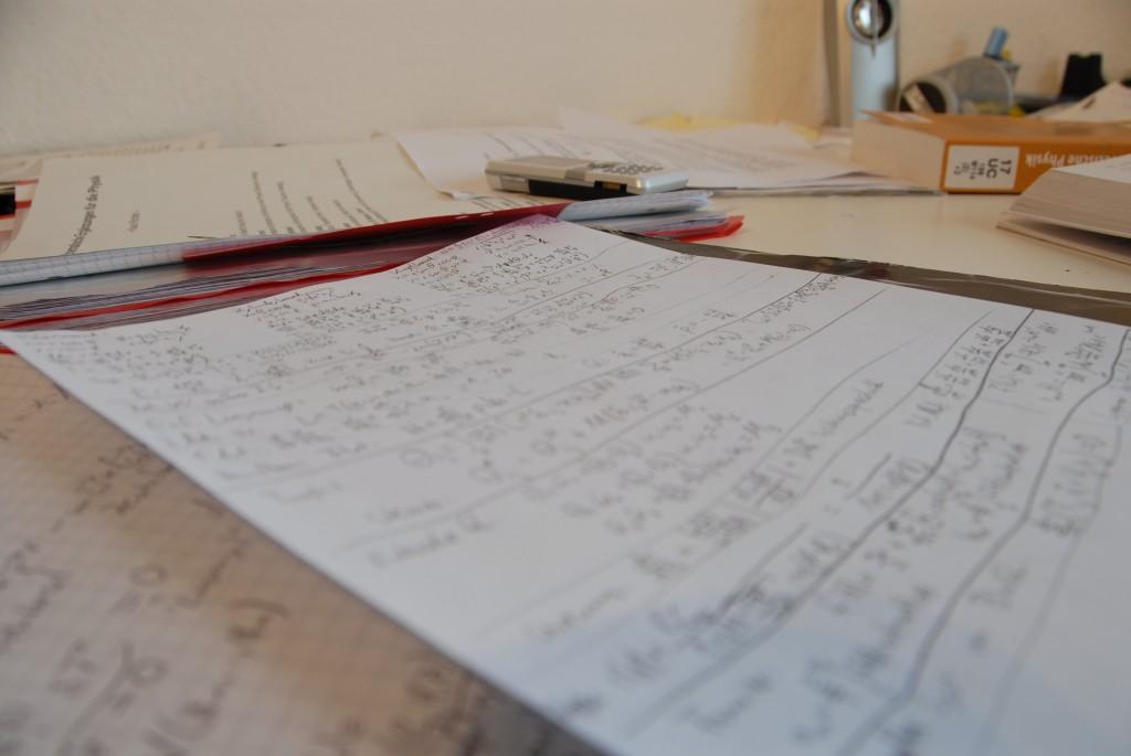 Typische Schreibtischszene während meines Grundstudiums in Regensburg